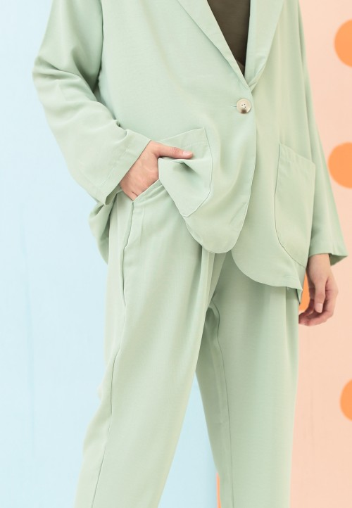 BASIC TAPPERED PANTS IN MINT GREEN