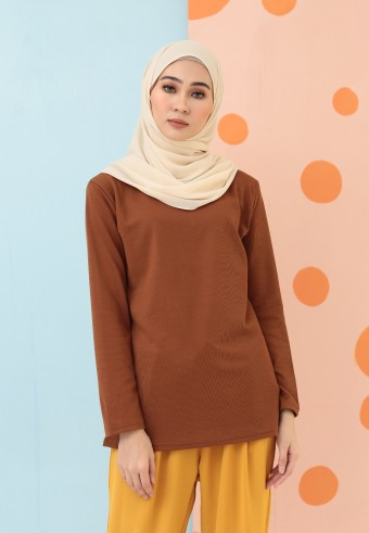 ROUND NECK SLIM TOP IN BROWN