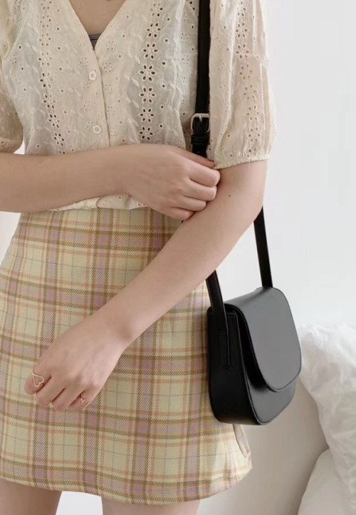 FLAP SLING BAG IN BLACK