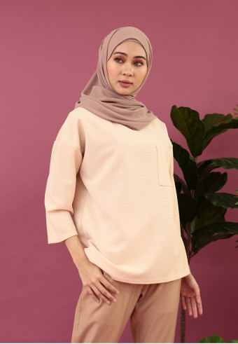 FRONT POCKET TOP IN SOFT PEACH