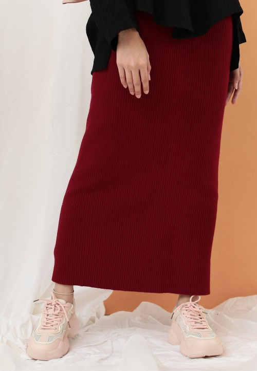 STRETCHABLE SLIM SKIRT IN MAROON