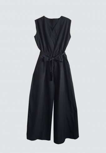 SLEEVELESS JUMPSUIT IN BLACK