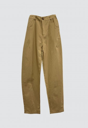 BUTTON TAPPERED PANTS IN BROWN