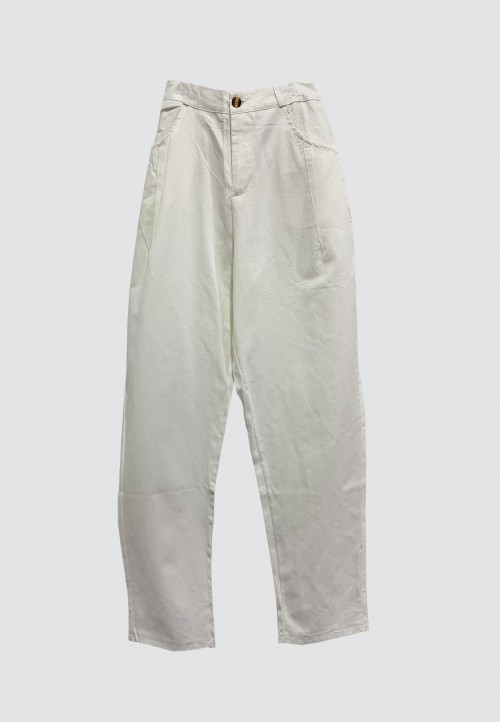 BUTTON TAPPERED PANTS IN WHITE