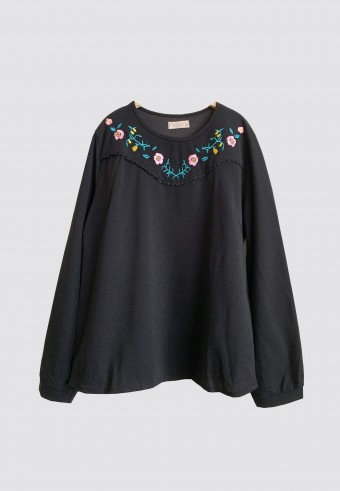 EMBROIDERY CUTE TOP IN BLACK